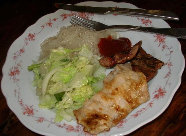 fleisch mit nudeln und salat