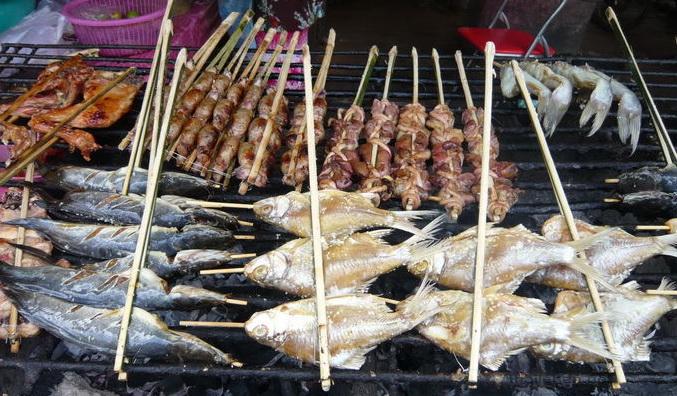 diverses essen auf dem Grill