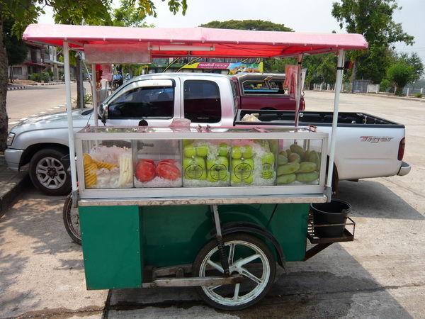 fruchtauswahl auf dem Moped mit seitenwagen