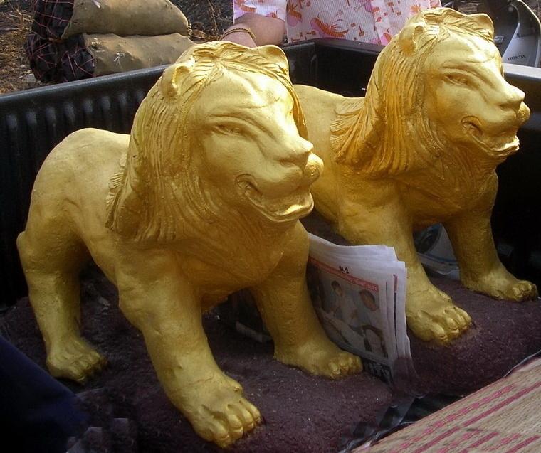 zwei steinlöwen goldfarben
